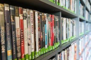 Ein Regal voller vieler DVD's